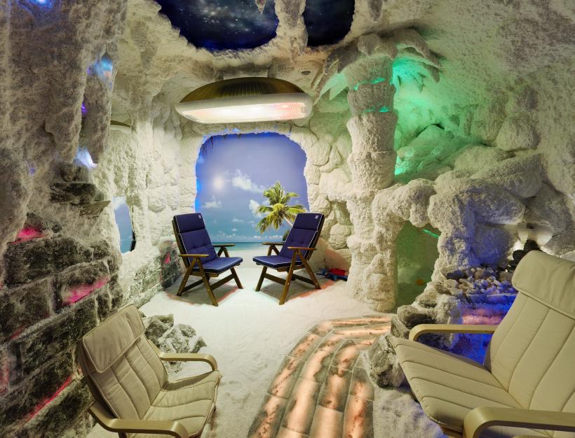 Внутренний дизайн и освещение соляной комнаты для бизнеса.