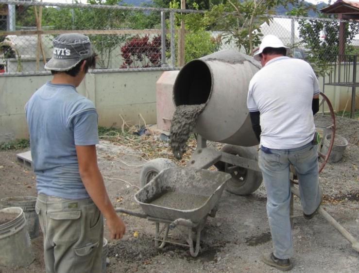 Бетоносмесительная установка перемешивает компоненты для производства бетона.