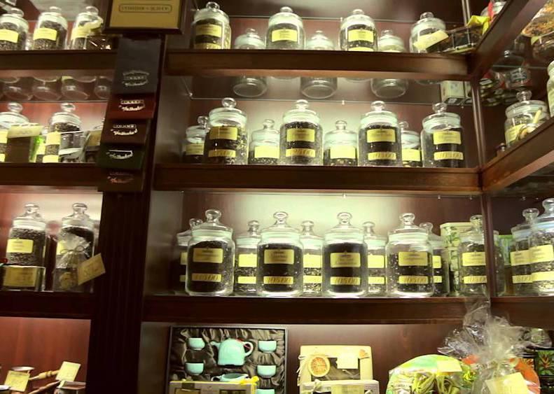 Ассортимент чая и другой продукции в чайном магазине.