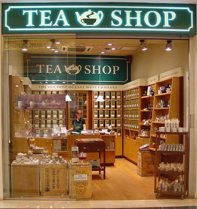 Внешний вид магазина с чайной продукцией на витринах.