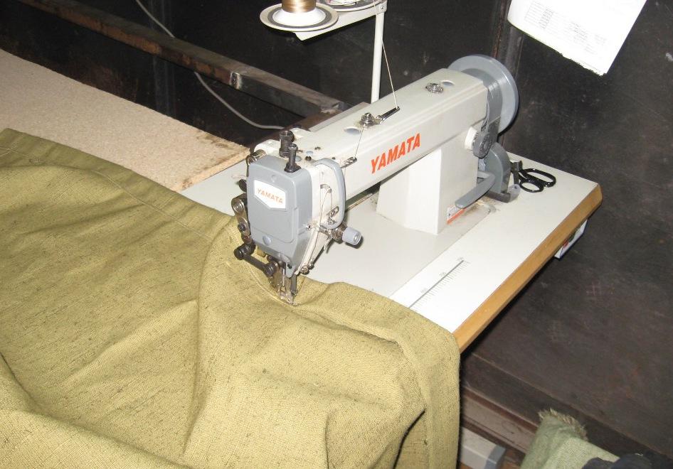 Процесс пошивки тента с использованием швейной машины.