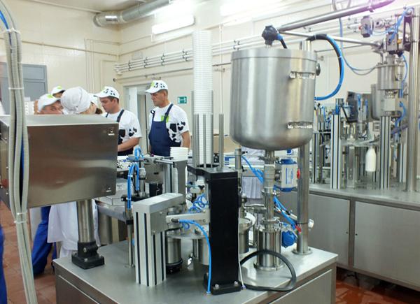 Процесс изготовления сметаны в промышленном масштабе.
