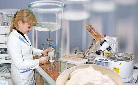 Процесс проверки качества продукта в лаборатории специалистом.