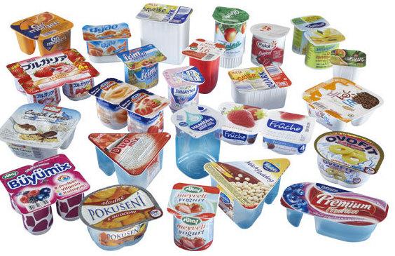 Изготовленные и упакованные на производстве некоторые виды йогуртов.