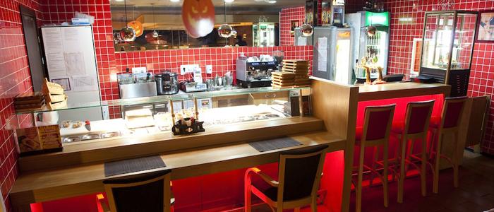 Внешний вид контактной барной стойки и посадочных мест возле нее в суши-баре.
