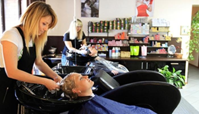 Процесс обслуживание клиентов в салоне красоты.