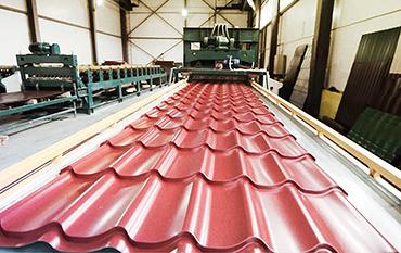 Технология производства металлочерепицы на установке в цеху.