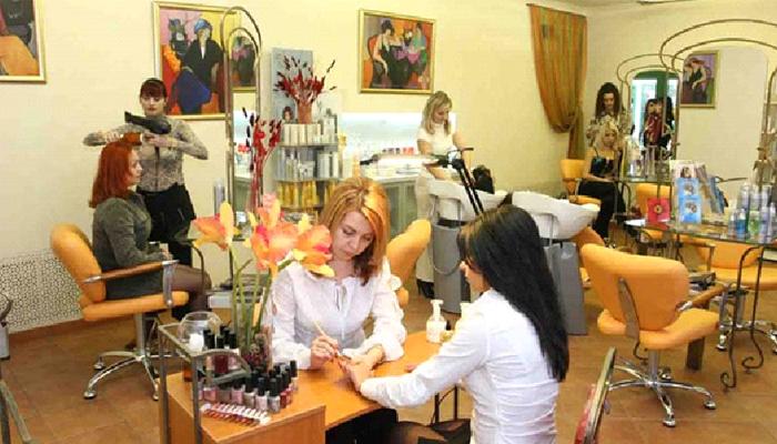 Клиентка пользуется услугами салона красоты.