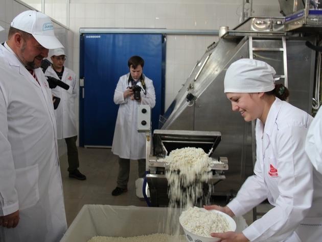 Процесс изготовления творога используя переработку сырья.
