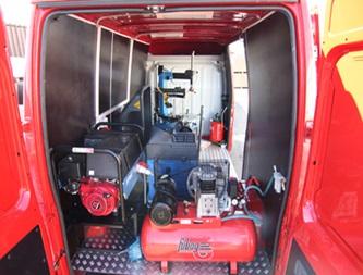 Оборудование для шиномонтажа сложено в автомобиле.