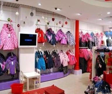Полностью оборудованный магазин детской одежды.