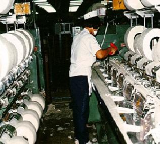 Процесс работы на производстве пряжи.