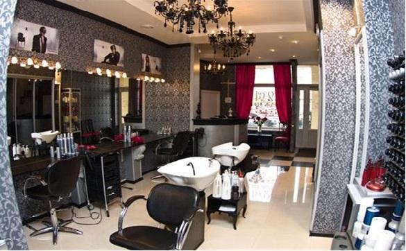 Помещение парикмахерской с дизайнерским интерьером.