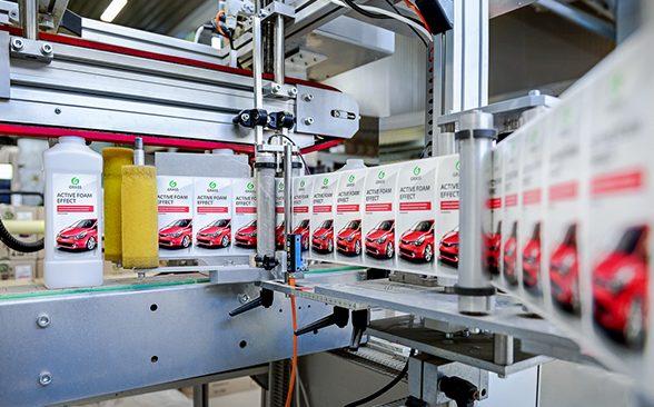 Производство автохимии на заводе.