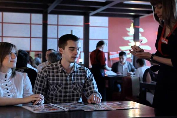 Личностные качества официанта, оказывающие влияние на величину дохода.