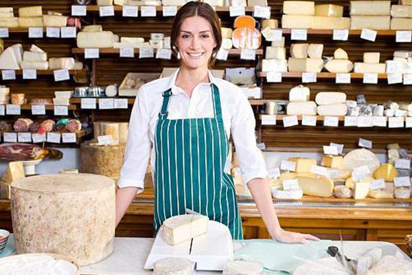 Продавец сыра за прилавком.