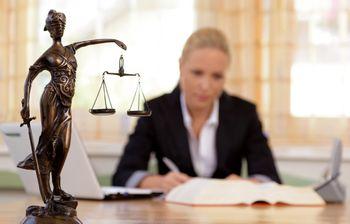 Сколько получают и зарабатывают юристы в России, средняя зарплата юриста