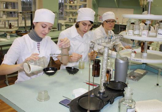 Лаборатория, где работает несколько фармацевтов.