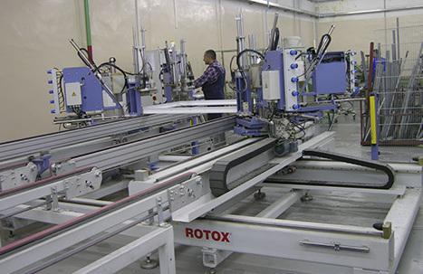 Установка для производства алюминиевого профиля на заводе.