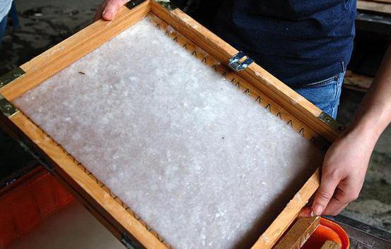 Процесс приема и переработки картона на производстве.