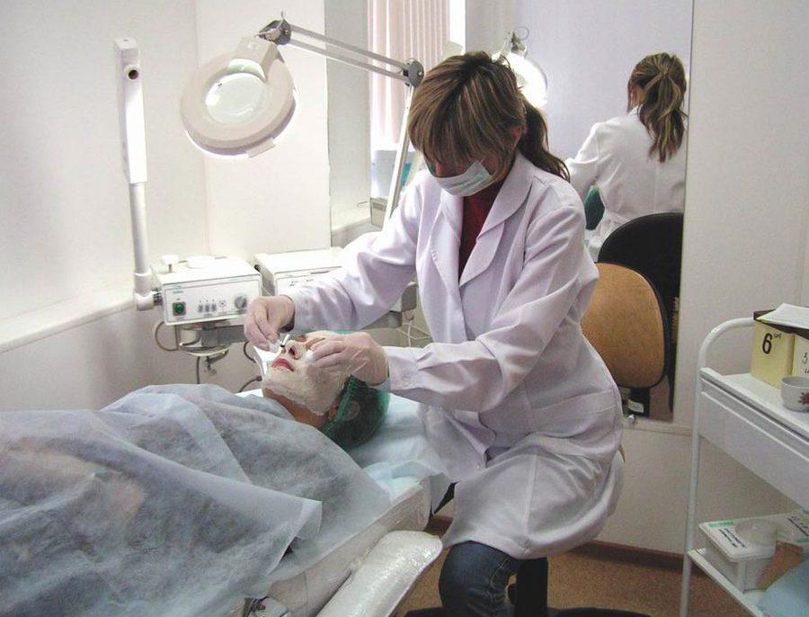Клиент пользуется услугами косметолога в оборудованном кабинете.