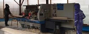 Процесс изготовления мебельных щитов на производстве с помощью станка.