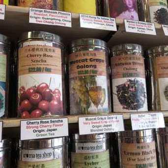 Фруктовый ассортимент чайной продукции на прилавке магазина.