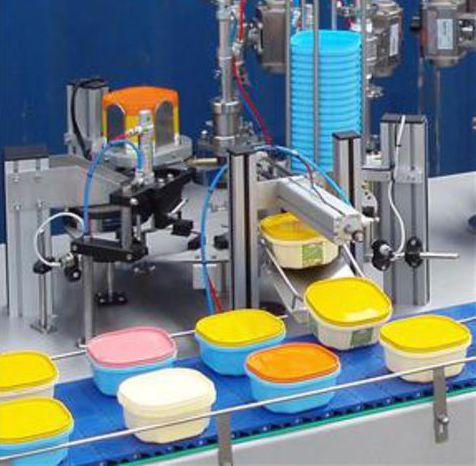 Процесс работы оборудования по производству пластиковой тары на заводе.