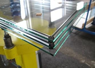 Светопрозрачная конструкция из трех стёкол, скреплённых между собой.