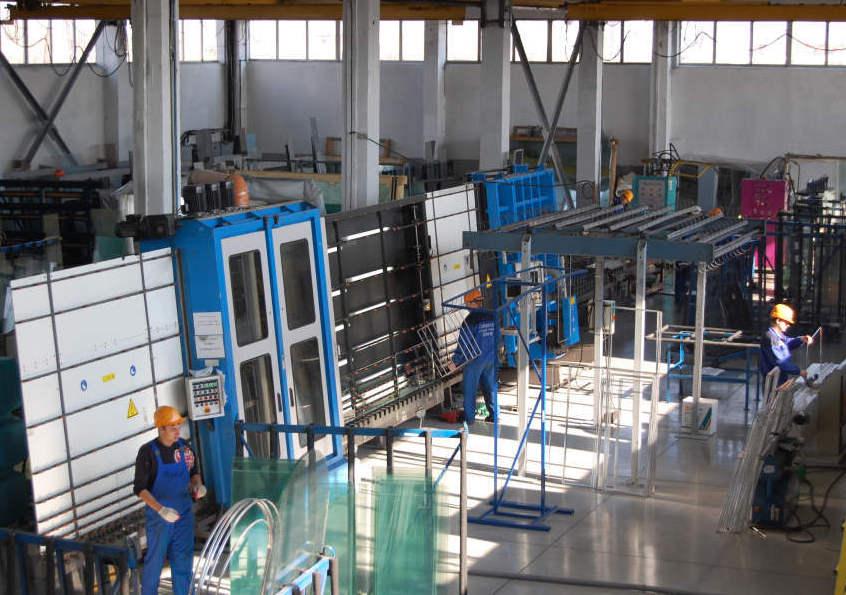 Процесс изготовления стеклопакетов на производстве штатом работников.