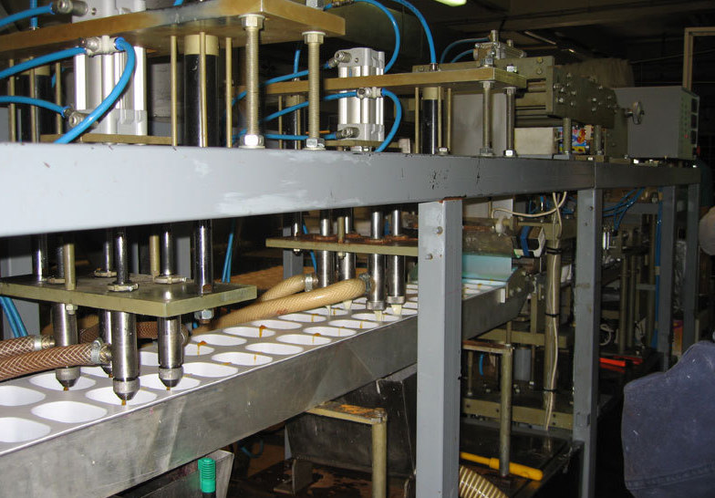 Процесс работы производственного оборудования в цеху.