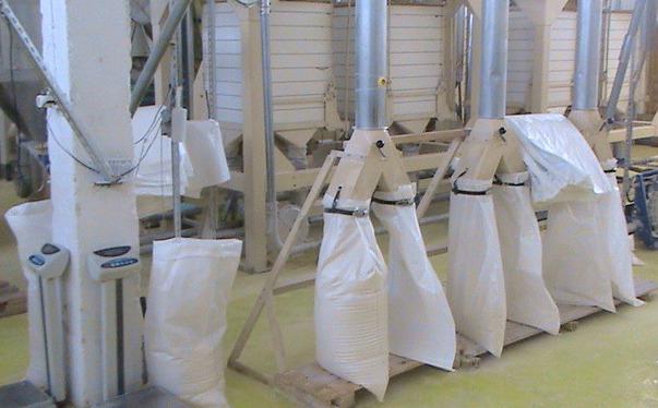Процесс упаковки и сортировки муки на производстве в мешки.
