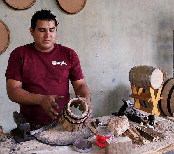 Ручное производство деревянных бочек мастером.
