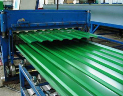Процесс изготовления профнастила на заводской установке.