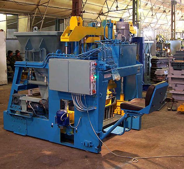 Оборудование в цеховом помещении для производства бордюрного камня.