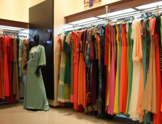 Большой ассортимент женской одежды в магазине.