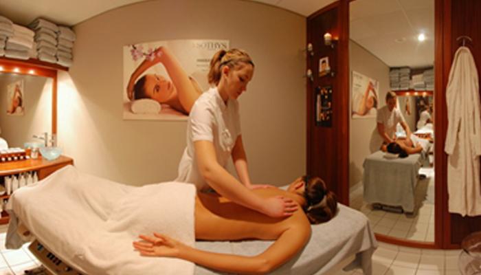 Массажист оказывает услуги в оборудованом масажном кабинете.