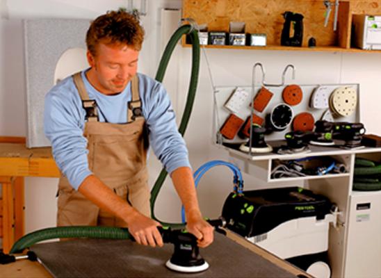Процесс шлифовки покрытия столешницы во время изготовления.