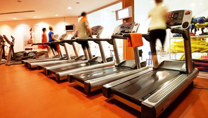 Беговые дорожки в помещении фитнес клубеа.