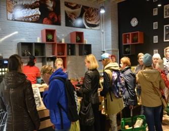 Магазин наполненный людьми которые совершают покупки.