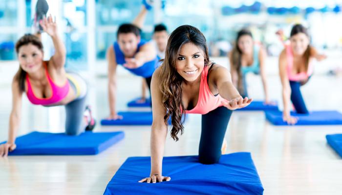 Тренер ведет тренировку в фитнес клубе.