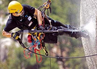 Все необходимое оборудование у альпиниста в процессе работы.