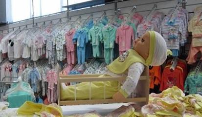 Детский игрушки и одежда в магазине.