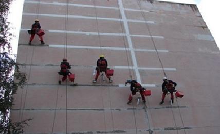 Работа альпинистов на многоэтажном здании.