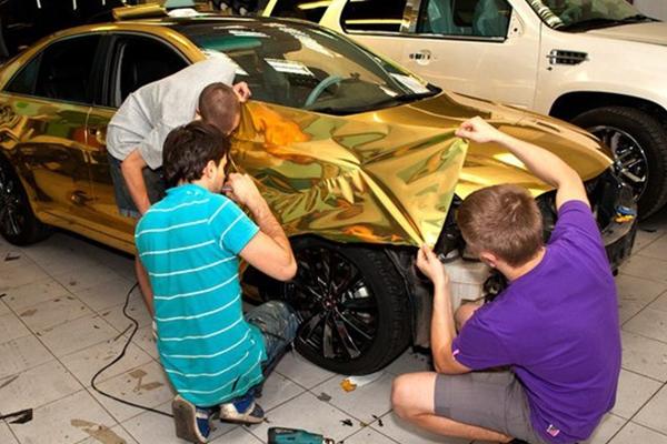 Рабочий цикл оклейки автомобиля персоналом.