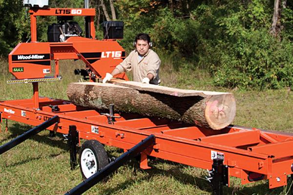 Персонал в бизнесе по распиловке леса с помощью пилорамы.
