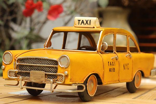 Таксисты в России и зарубежье какие зарплаты и чаевые.