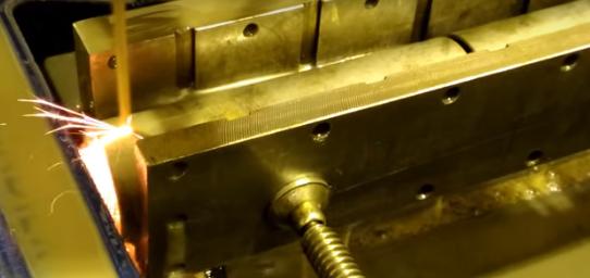 Обработка детали электроэрозионным станком.