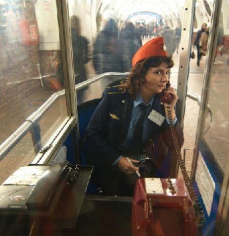 дежурный у эскалатора метро